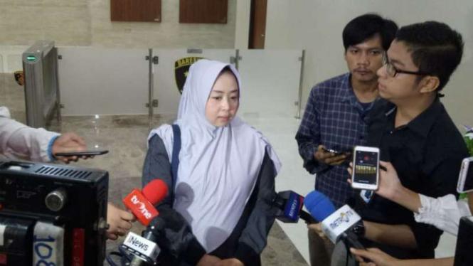 Istri Mustofa Nahrawardaya, Cathy Ahadianty di Gedung Bareskrim Polri.