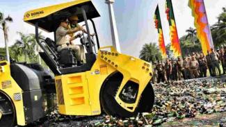 Gubernur DKI Jakarta Anies Baswedan pimpin pemusnahan belasan ribu botol minuman keras di Monas.