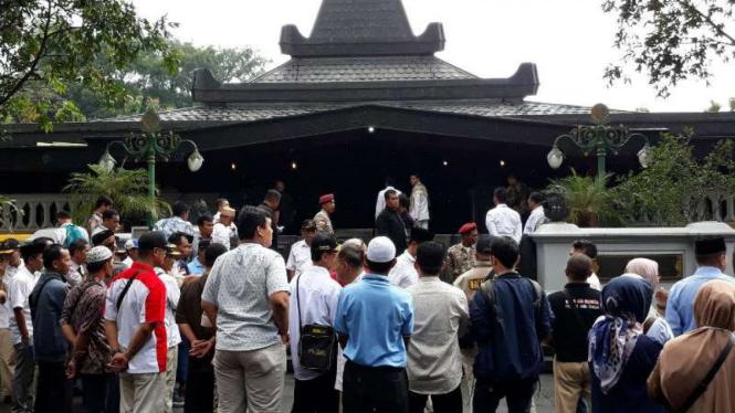 Prabowo Subianto ziarah ke makam Presiden Soeharto di kompleks makam Astana Giribangun, Matesih, Kabupaten, Karanganyar, Jawa Tengah, Senin 27 Mei 2019.