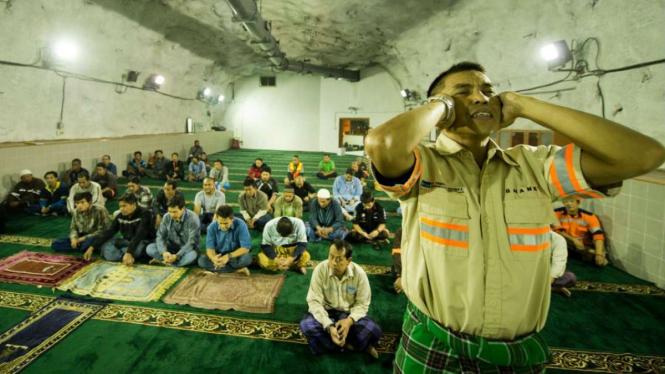 Pekerja PT Freeport Indonesia saat salat tarawih di Masjid Baabul Munawwar.