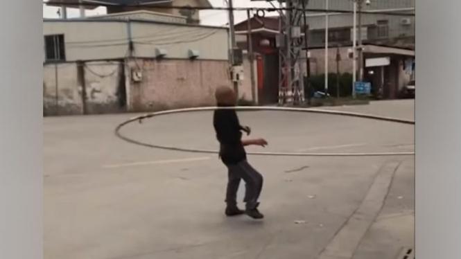 Bermain hula hoop.