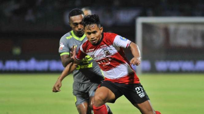 Duel Madura United vs Borneo FC.