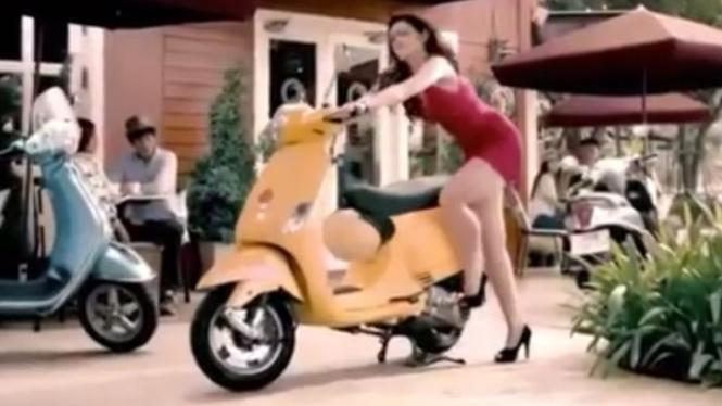 Iklan oli model wanita cantik.