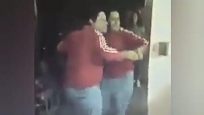 Pria berdansa di depan cermin.