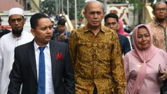 Mayor Jenderal TNI Purn Kivlan Zen (tengah) saat berada di Bareskrim Polri.
