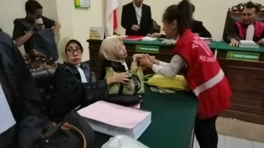 Terdakwa muncikari berpelukan usai menerima vonis di PN Surabaya, Jawa Timur, pada Rabu, 29 Mei 2019.