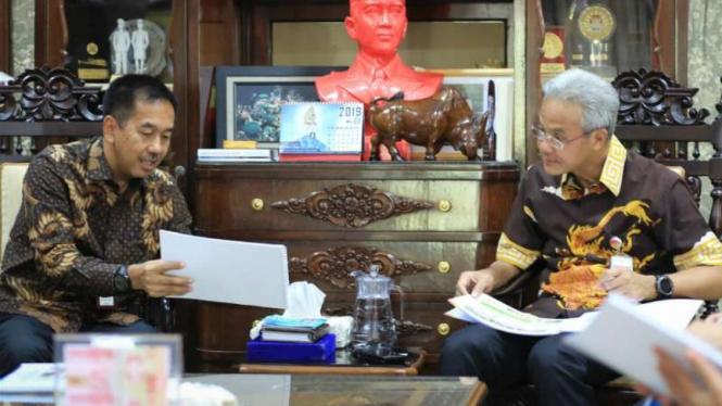 Gubernur Jawa Tengah Ganjar Pranowo menerima Direktur Utama Angkasa Pura II dalam rangka laporan pembangunan Bandara di rumah dinas Puri Gedeh, Semarang, Rabu, 29 Mei 2019.
