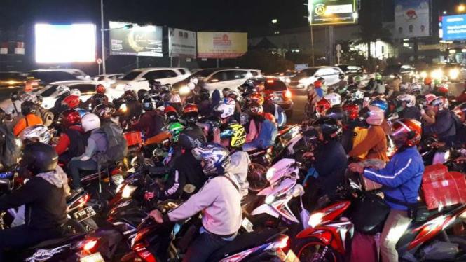 Para pengendara sepeda di simpang BCP Kota Bekasi, Jawa Barat, di tujuh hari menjelang lebaran Idul Fitri, Rabu, 29 Mei 2019.