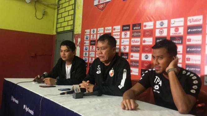 Pelatih Semen Padang, Syafrianto Rusli (tengah).