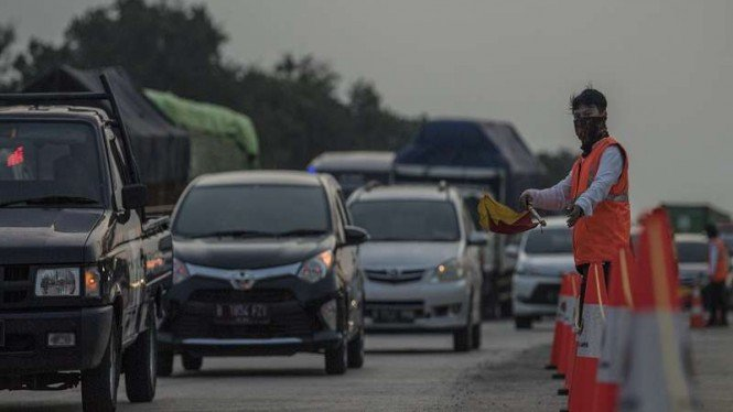 Kepadatan lalu lintas jelang memasuki Gerbang Tol Cikampek Utama