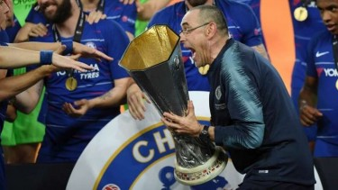 Manajer Chelsea, Maurizio Sarri, memegang trofi Liga Europa