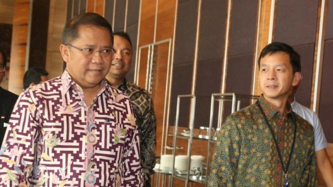 Wakil Presiden Direktur BCA Armand W. Hartono (kanan) bersama Menteri Komunikasi saat memasuki acara Forum Banking & Fintech yang diadakan oleh CNBC Indonesia di Jakarta, Kamis (09/05).