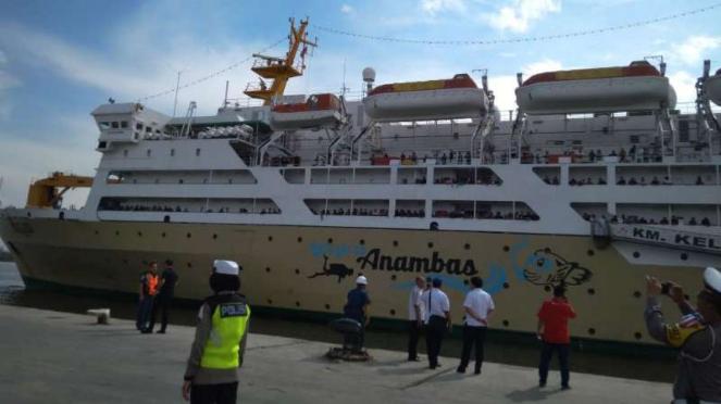 Aktivitas Arus Mudik di Pelabuhan Belawan, Kota Medan.