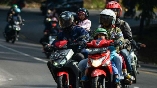 Pemudik roda dua melintasi kawasan Nagreg, Kabupaten Bandung, Jawa Barat.