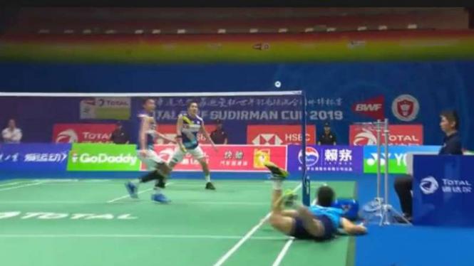 Ong Yew Sin saat menyelamatkan bola dari Takeshi Kamura.