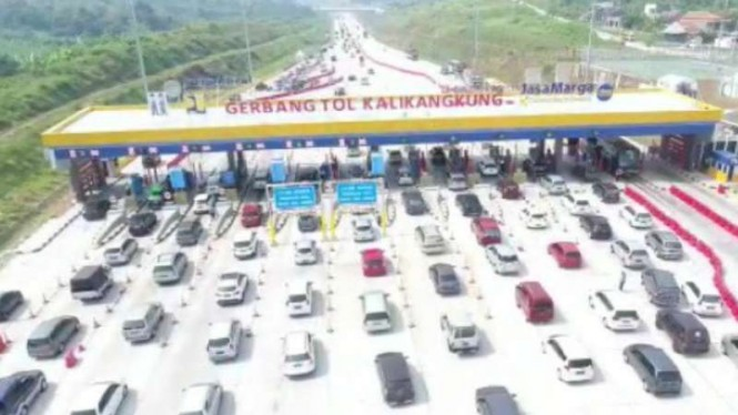 Arus lalu lintas di Gerbang Tol Kalikangkung, Kota Semarang, Jawa Tengah.