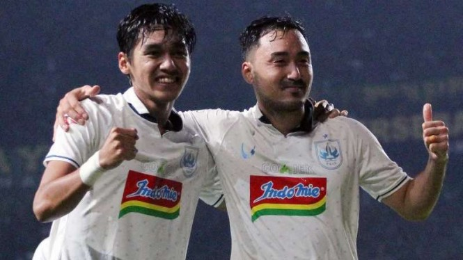 Gelandang PSIS Semarang, Shohei Matsunaga (kanan).
