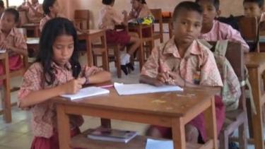 https://thumb.viva.co.id/media/frontend/thumbs3/2019/06/01/5cf1eb68b134a-pendidikan-di-desa-pulau-seram-guru-honorer-yang-mengajar-hampir-semua-kelas_375_211.jpg