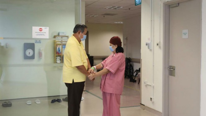 SBY mendampingi istrinya Ani Yudhoyono di rumah sakit
