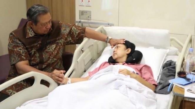 Ani Yudhoyono bersama Susilo Bambang Yudhoyono saat dirawat di rumah sakit