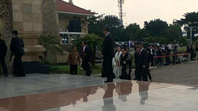 Megawati dan Puan Maharani memasuki area pemakaman TMP Kalibata.
