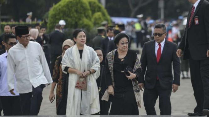 Presiden kelima RI Megawati Soekarnoputri (ketiga kanan) didampingi Puan Maharan