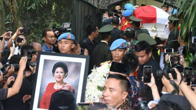 Jenazah Ani Yudhoyono dibawa dari kediaman menuju pendopo untuk disemayamkan di