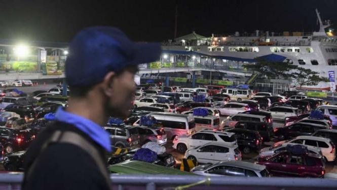 Kendaraan pemudik tujuan Sumatera antre memasuki kapal Roro di Pelabuhan Merak,