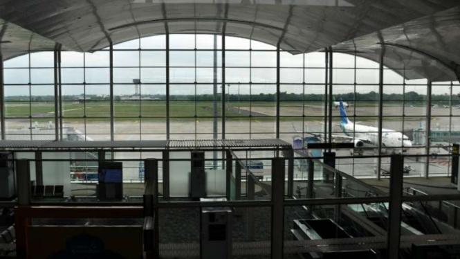 Ilutrasi Suasana ruang tunggu yang sepi dari penumpang di Bandara Internasional Kualanamu