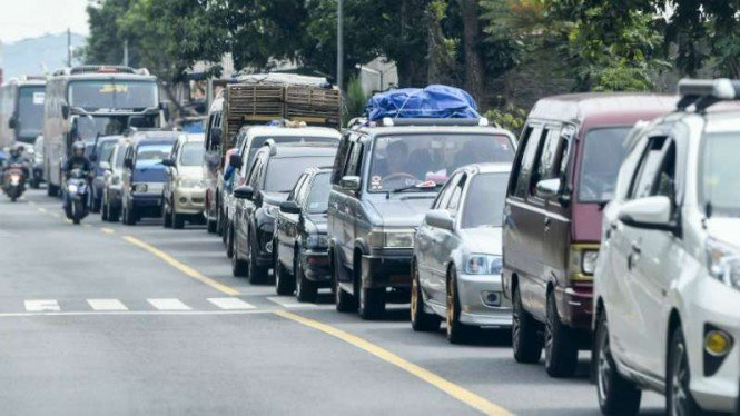 Antrean kendaraan pemudik menuju Tasikmalaya-Ciamis dan Jawa Tengah melintas di