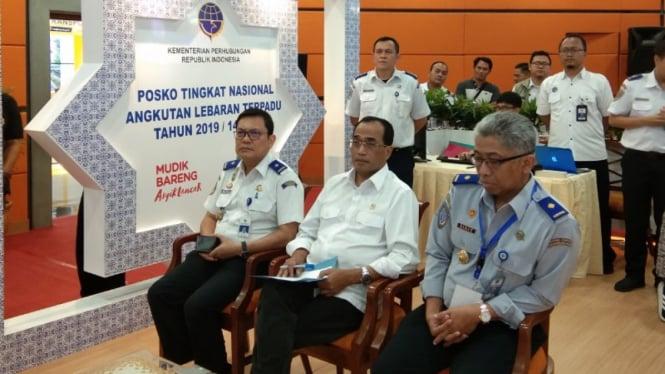 Menteri Perhubungan Budi Karya Sumadi (tengah) saat memantau perkembangan Angkutan Lebaran 2019.
