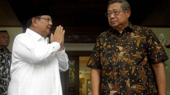 Ketua Umum Partai Gerindra Prabowo Subianto (kiri) memberi hormat kepada preside