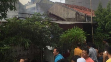 Sebuah bangunan rumah yang ditinggal mudik pulang kampung oleh pemiliknya Perumahan SBS, Jalan Bengawan Solo, Harapan Jaya Bekasi Utara, Kota Bekasi, Jawa Barat, kebakaran pada Senin sore, 3 Juni 2019.