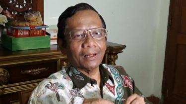 Mantan Ketua Mahkamah Konstitusi (MK), Mahfud MD di kediamannya.