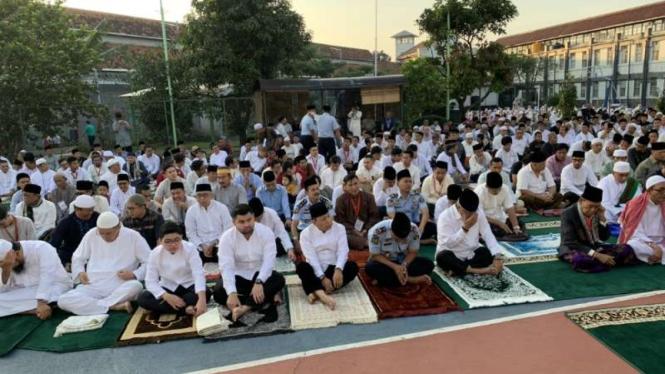 Narapidana kasus korupsi proyek pengadaan e-KTP Setya Novanto saat salat Idul Fitri di Lapas Sukamiskin di Bandung, Jawa Barat, Rabu, 5 Juni 2019.
