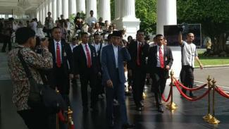 Presiden Joko Widodo membuat heboh masyarakat yang mengunjungi kompleks Istana Kepresidenan, Jakarta, untuk bersilaturahmi dengannya, juga Ibu Negara Iriana, pada Rabu siang, 5 Juni 2019.