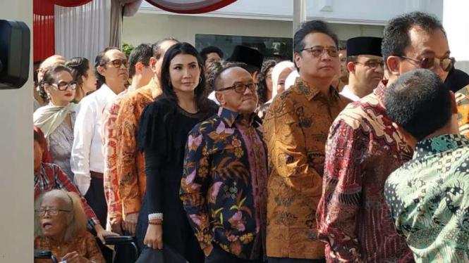 Ketua Dewan Pembina Partai Aburizal Bakrie bersama para menteri duta besar negara sahabat menghadiri open house atau silaturahmi Idul Fitri dengan Presiden Joko Widodo di Istana Negara, Jakarta, Rabu, 5 Juni 2019.