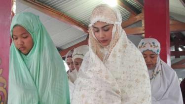 Aktris Vanessa Angel salat Id di Rutan Medaeng, Kabupaten Sidoarjo, Jawa Timur, pada Rabu, 5 Juni 2019.