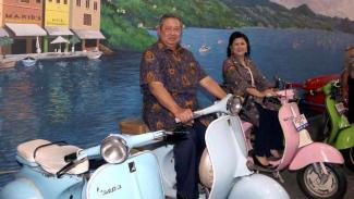 SBY dan Ani Yudhoyono berfoto di atas Vespa