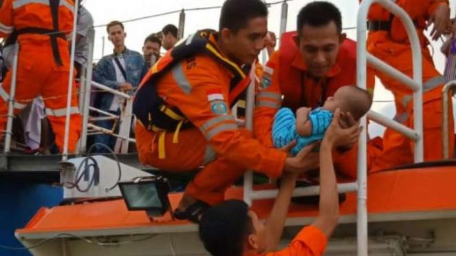 Tim SAR gabungan mengevakuasi ratusan penumpang kapal motor penumpang Mutiara Pe