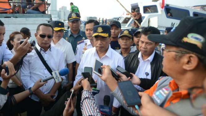 Menteri Perhubungan Budi Karya Sumadi meninjau Pelabuhan Kali Adem, Muara Angke, Jakarta Utara, Jumat, 7 Juni 2019.