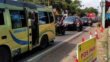 Arus lalu lintas dari arah Bandung maupun Tasikmalaya melalui jalur selatan Jawa Barat atau melalui wilayah Kabupaten Garut terpantau cukup padat pada Jumat sore, 7 Juni 2019.