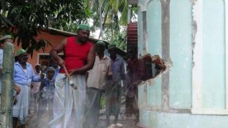 Umat Muslim di Sri Lanka menghancurkan sebuah masjid yang digunakan kelompok terlarang National Thowheed Jamath guna menunjukkan perlawanan terhadap ekstremisme. - BBC