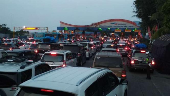 Arus lalu lintas padat di gate Pelabuhan Bakauheni, Lampung Selatan, Lampung, pada Jumat, 7 Juni 2019.
