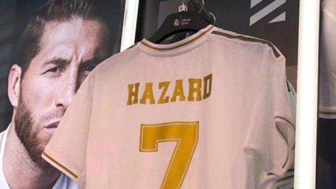 Image result for eden hazard dengan jersey yang baru