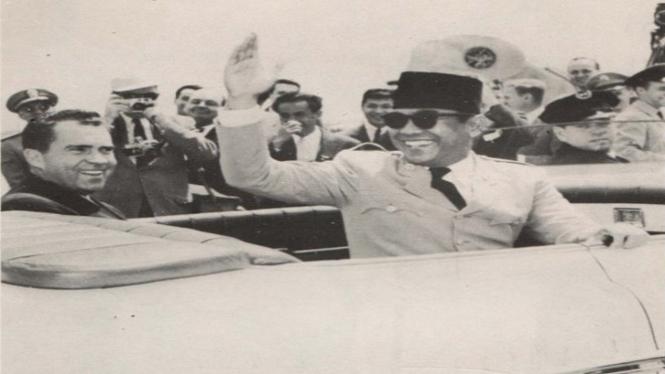 Soekarno melambaikan tangan dari mobil