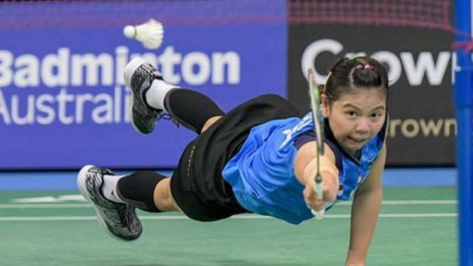Greysia Polii terjungkal menyelamatkan bola di Australian Open 2019.