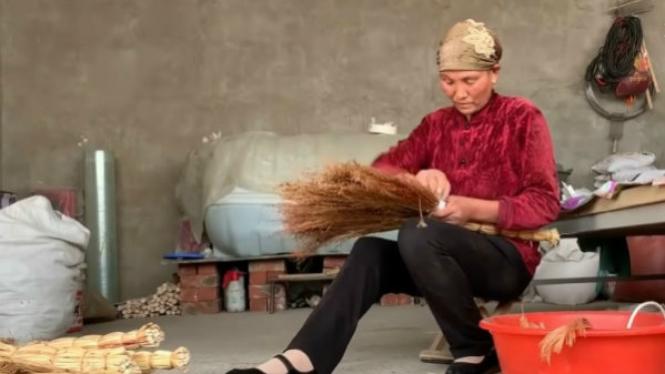 Nenek penjual sapu
