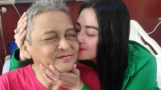 Dewi Perssik setia mendampingi sang ayah saat sakit.