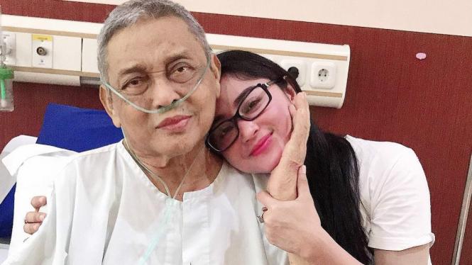 Dewi Perssik dan ayahandanya saat dirawat di rumah sakit